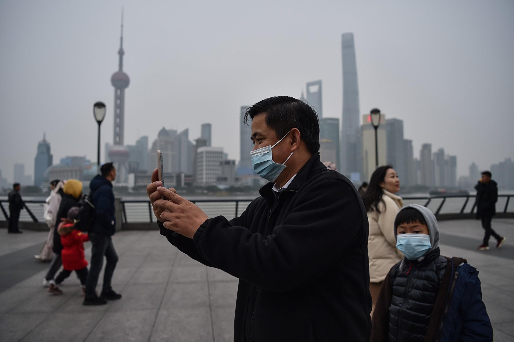 上海新聞主播報道疫情時咳嗽 網民:中招了