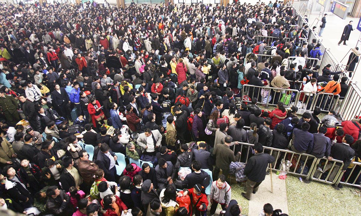 不明肺炎的潛伏期未知、會否人傳人亦未知,給馬上就要到來的新年回鄉潮帶來擔憂。圖為武漢黃曆新年回鄉潮的景象。(China Photos/Getty Images)