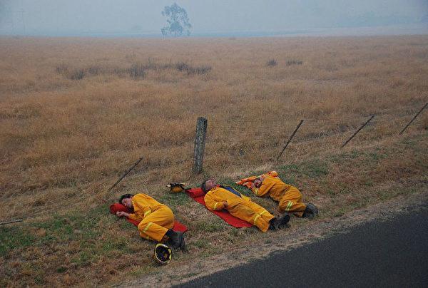 睡在路邊的澳洲消防員。(Stephen Henderson/CFA via Getty Images)