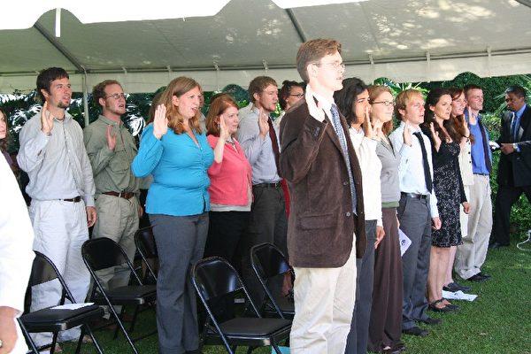 圖為2006年4月26日,美國和平隊學員在馬達加斯加宣誓成為志願者。(公有領域)