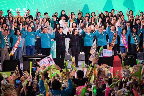 民進黨1月10日晚間在台北市凱達格蘭大道舉辦「團結台灣民主勝利之夜」造勢晚會,總統蔡英文(前右6)、副總統候選人賴清德(前左5)等人攜手催票。(陳柏州/大紀元)