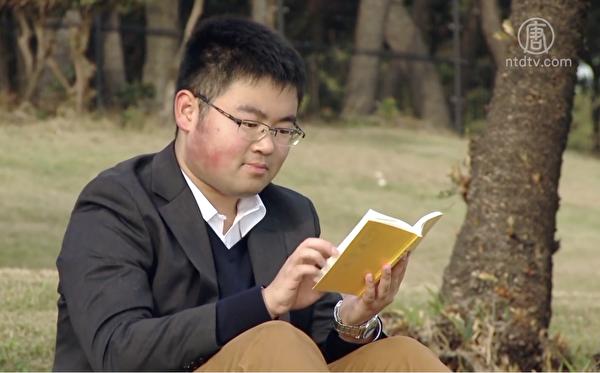 23歲的王聞良在日本著名私立大學——早稻田大學攻讀法律研究生。(影片截圖)