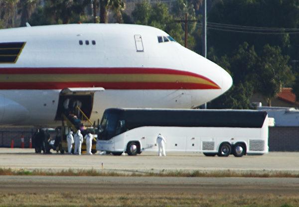2020年1月29日,加利福尼亞州里弗賽德(Riverside, California)的馬馳航空儲備基地(March Air Reserve Base)。載有約200名美國公民,從致命的新型冠狀病毒爆發的中心武漢撤離的專機,降落在緊急停機坪上,醫護人員和醫用大巴在接機。(Matt HARTMAN/AFP)