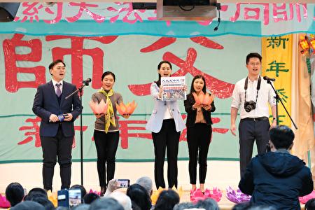 青年法輪功學員表演〈心願〉。(大紀元)