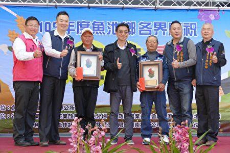 台中區農業改良場埔里分場推薦的優秀農友接受頒獎。