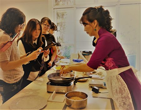 陈于媃现场为学员示范萝卜糕及XO酱的作法。