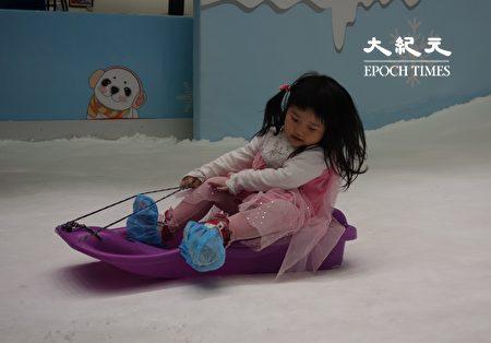 小朋友坐在特制的雪圈及雪盆上体验滑雪乐趣