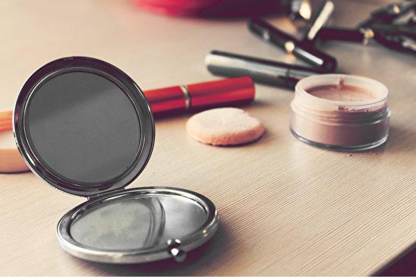 如果化妆品保养、清洗不当,细菌会不断在上面累积,导致用后脸部长脓包。(Shutterstock)