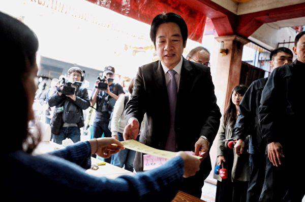 民進黨副總統候選人賴清德投票日當天(11日)一早就在台南市中西區住家旁投票。(民進黨提供)