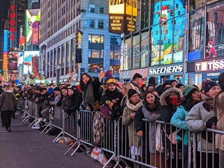 圖為民眾歡慶跨年的現場氣氛。
