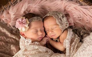 双胞胎姊妹抱紧睡觉还微笑 互相陪伴安心又幸福