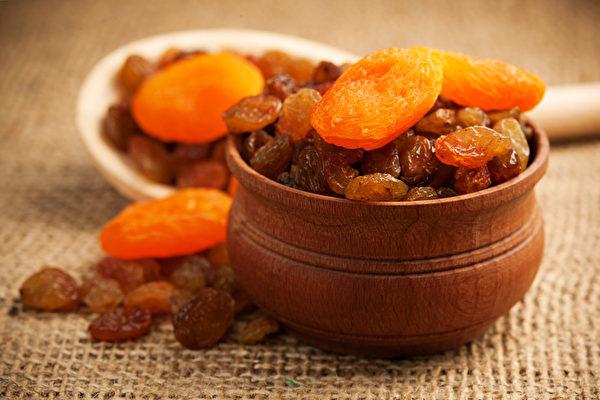 水果烘成水果干后,糖分和热量也浓缩,吃多容易引发肥胖、血糖增加等问题。(Shutterstock)