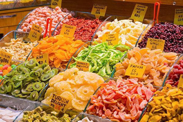 水果干在制作过程中,为了防腐、保持色泽等目的,可能会加入添加物。(Shutterstock)