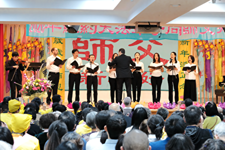 中西方學員表演合唱〈為你而來〉。(大紀元)