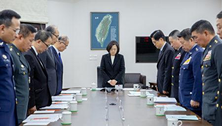 總統蔡英文3日召開「國防軍事會談」,並於會議前為死去同胞共同默哀1分鐘。(總統府提供)
