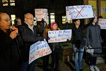 """图为华裔家长反对在28学区实施""""校园多元化计划""""。"""