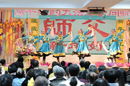 法輪功學員表演〈筷子舞〉。(大紀元)