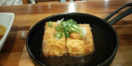 日式丼飯專賣店的簡單美食讓人食指大動。