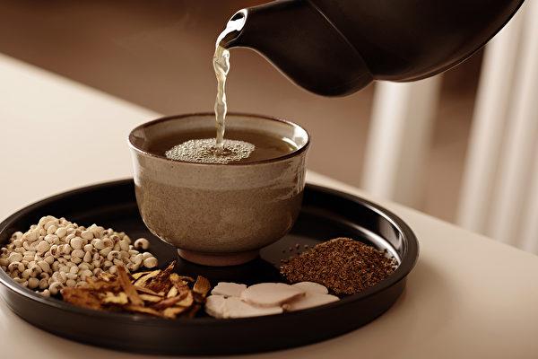 喝四物汤可以改善掉发的问题,同时帮助头发生长,男性也可以饮用。(谈古论今话中医提供)