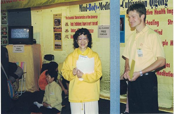 Grace(圖中)與部份學員在墨爾本健康博覽會上向民眾義務推廣法輪功。(本人提供)