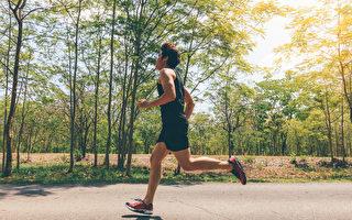 研究發現,馬拉松新手訓練6個月後血管年輕4歲,心臟病和中風風險降低。(Shutterstock)