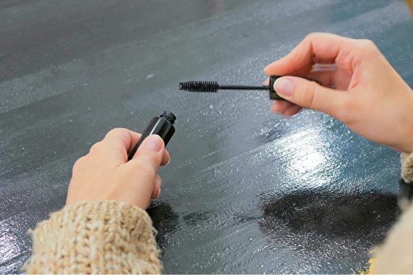 97.9%的人會在化妝品過期後繼續使用,又以睫毛膏最常見。(Shutterstock)