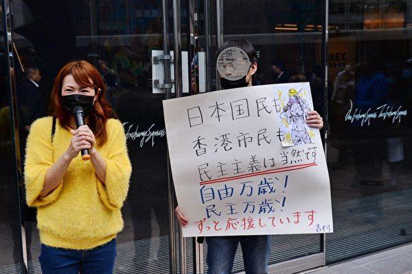 1月7日中環IFC「和你lunch守衛我城」活動中,大陸留學生Alex和日本朋友發表撐抗爭者宣言。(宋碧龍/大紀元)