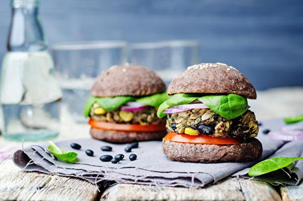 自製漢堡排,可將1/4~1/2的絞肉換成替代食材,讓全家人吃下更多營養。(shutterstock)