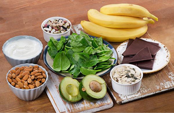 常吃含镁食物可以帮助补充镁,改善情绪。如绿叶蔬菜就富含镁。(Shutterstock)