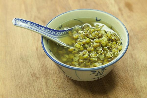 喝綠豆湯有解酒的效果。(Shutterstock)