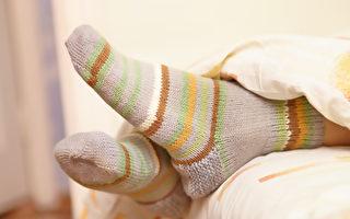 夜晚穿袜子睡觉能降低核心体温,有助睡眠。(Shutterstock)