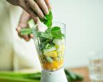 在早晨做一杯營養助消化的果昔,幫助你開啟一天的精神力,給體內做大掃除。(Shutterstock)