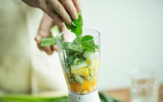 在早晨做一杯营养助消化的果昔,帮助你开启一天的精神力,给体内做大扫除。(Shutterstock)