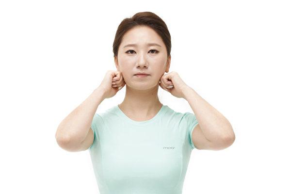 顳顎關節、顏面歪斜矯正運動之一:按摩下顎咀嚼肌。(聯經出版)