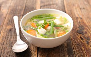 用胡萝卜、洋葱等食材熬煮的蔬菜汤不只抗癌,有九大营养功效。(Shutterstock)