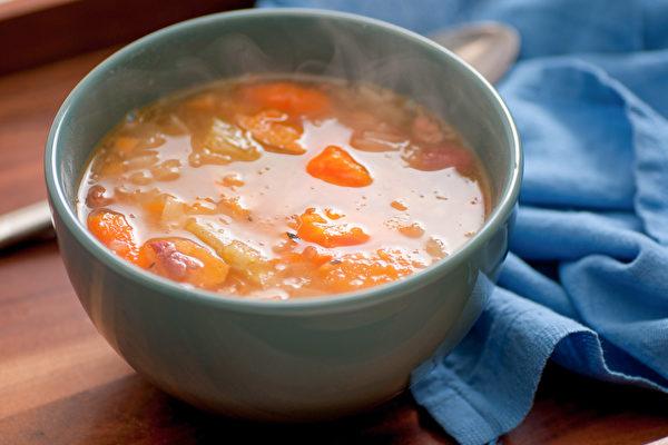 高橋弘綜合長期以來的研究成果,建議運用四種常見食材煮「抗癌蔬菜湯」。(Shutterstock)