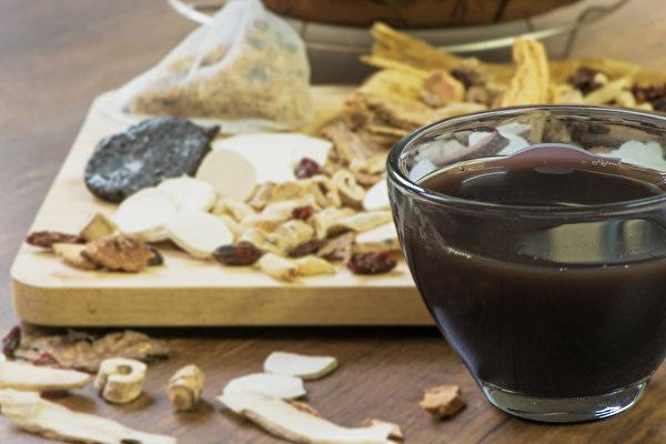 中共肺炎疫情爆發,中醫有何茶飲、藥膳等方法幫助防疫?(Shutterstock)
