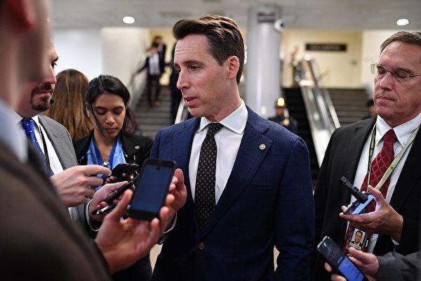 美國參議員喬什・霍利(Josh Hawley,中)提出一項新法案,允許中共病毒大流行的受害者通過剝奪中共政府主權豁免權,直接起訴中共並要求賠償。(Mandel NGAN/AFP)