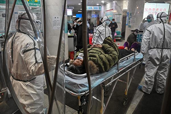 根據一最新模型推估,截至1月25日,武漢市當地75,815人感染中共病毒,遠大於中共公佈的病例數據。圖為2020年1月25日武漢市紅十字醫院收治病人。(Hector RETAMAL/AFP)
