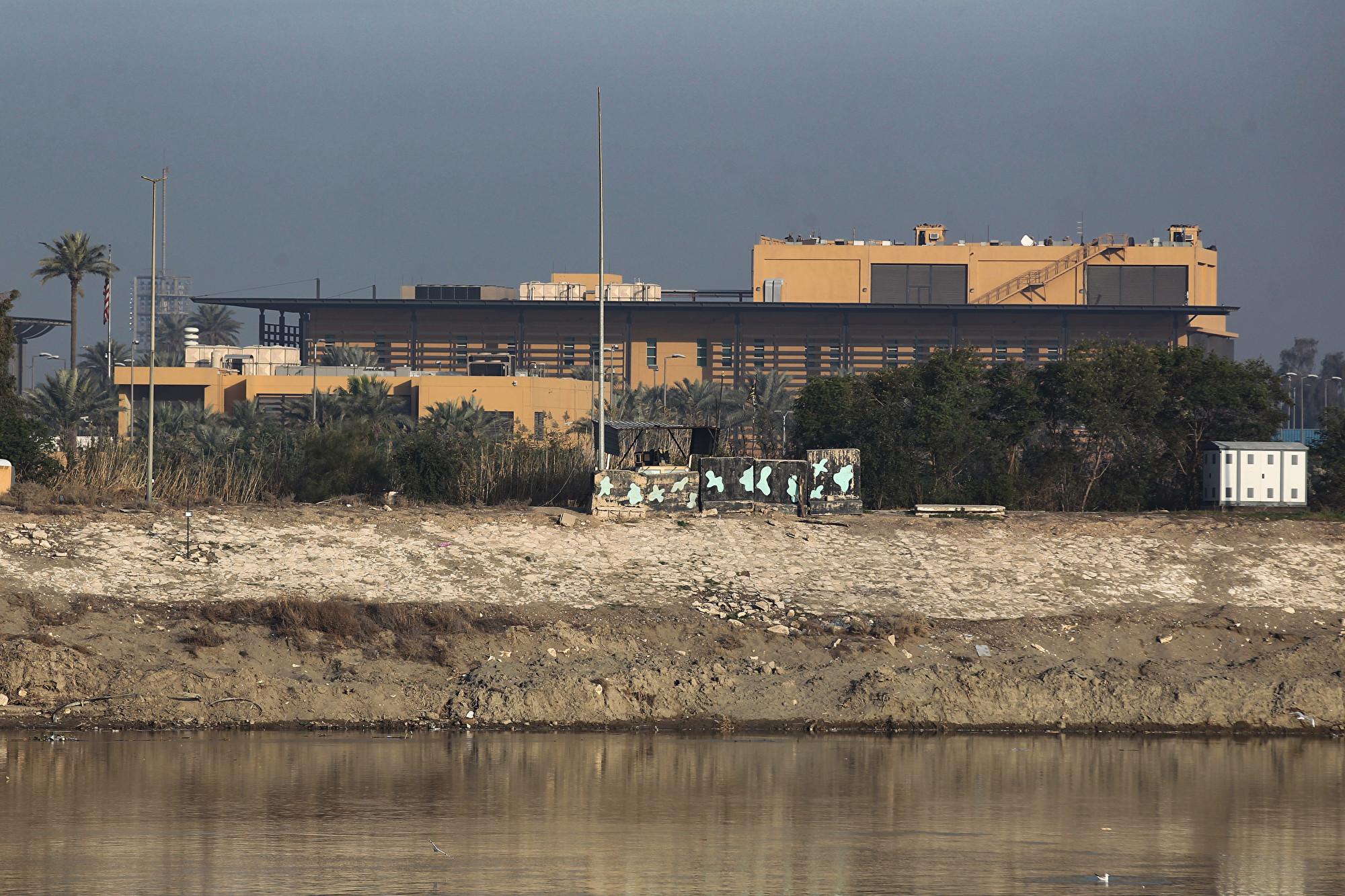 圖為美國駐伊拉克大使館外觀。(AHMAD AL-RUBAYE/AFP)