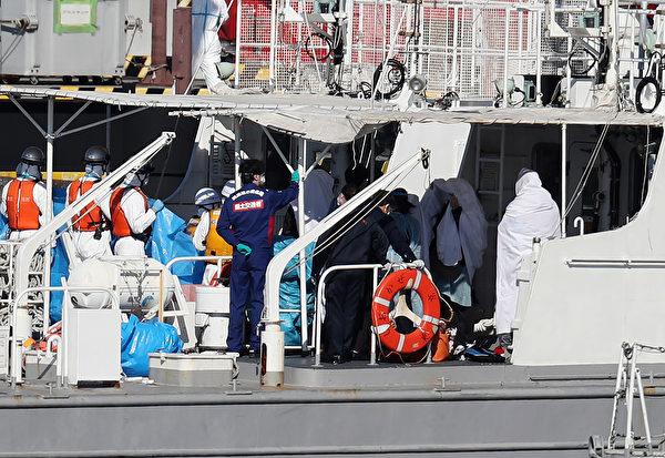 當地時間周四(2月6日),NHK援引日本衛生部的話報道,在東京南部橫濱港停靠的豪華郵輪「鑽石公主號」上,再有10人中共病毒檢測呈陽性,至此船上共有20人被感染。(STR/JIJI PRESS/AFP)