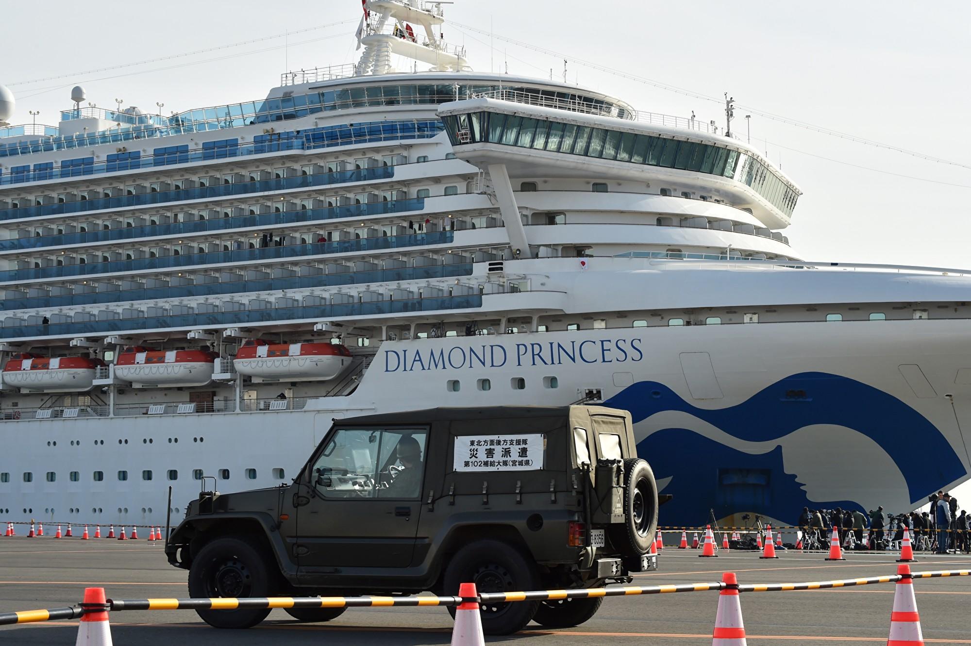 公主郵輪公司的鑽石公主號郵輪停泊在橫濱港碼頭外,周六累計確診中共病毒(俗稱武漢病毒、新冠病毒)病例達64例,船上仍有3600多人,美國政府則考慮將其中的428名美國公民接走。 (Kazuhiro NOGI/AFP)