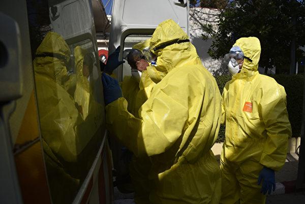 2020年2月26日,穿著防護服的阿爾及利亞醫護人員,在首都阿爾及爾的El-Kettar醫院專門科門診前,新冠病毒患者在那裏接受治療。阿爾及利亞當局2月25日宣佈,發現首例新冠病毒病例,一位於2月17日到達該國的意大利公民。(Sakis MITROLIDIS/AFP)