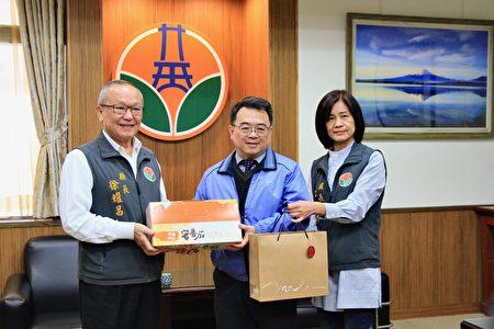 苗县长徐耀昌(左)与计划处长江和妹赠礼,感谢徐永鸿的奉献。