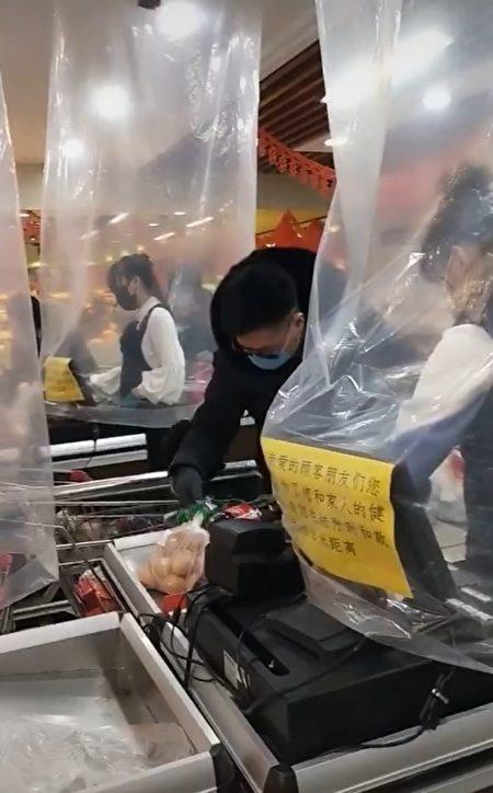 超市工作人員防疫裝備。(影片截圖)