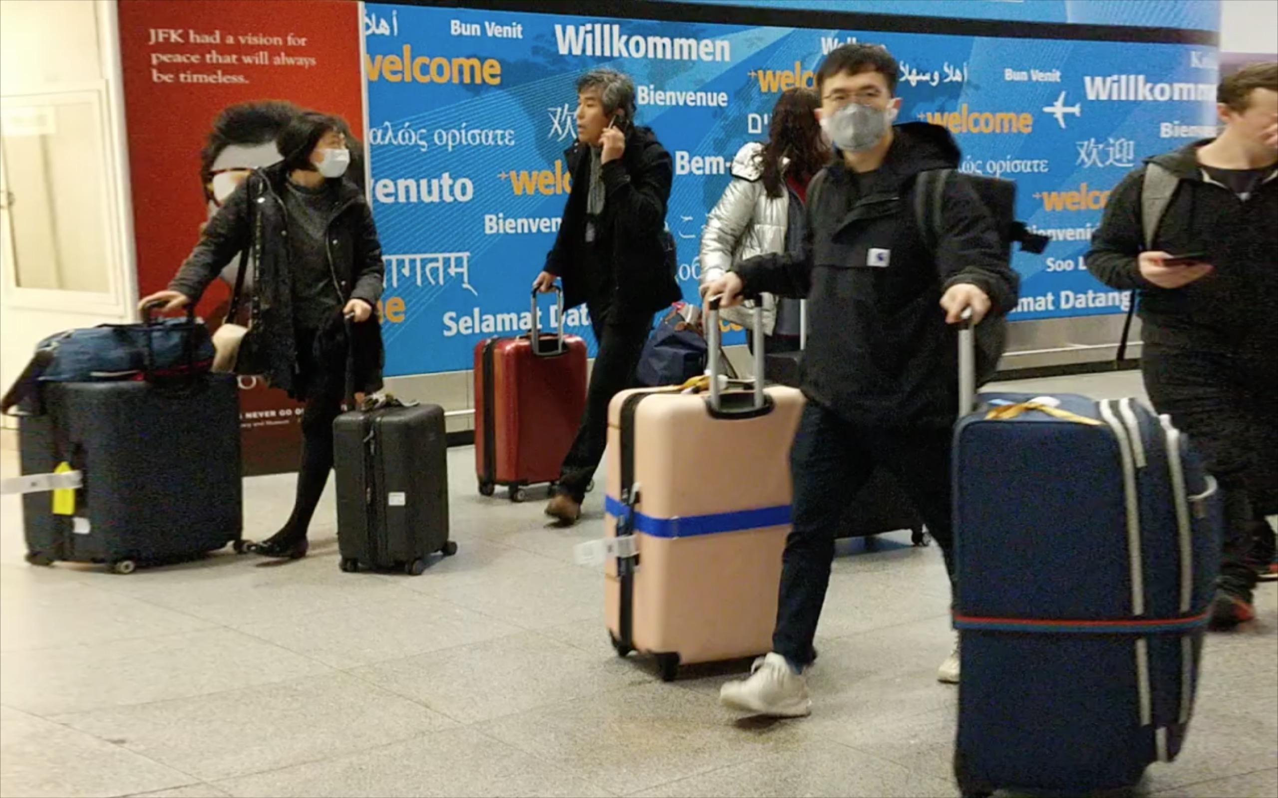 為了阻隔中共病毒,美國政府於2月2日實施新的旅行限制新規。圖為紐約JFK國際機場的旅客。(黃小堂/大紀元)