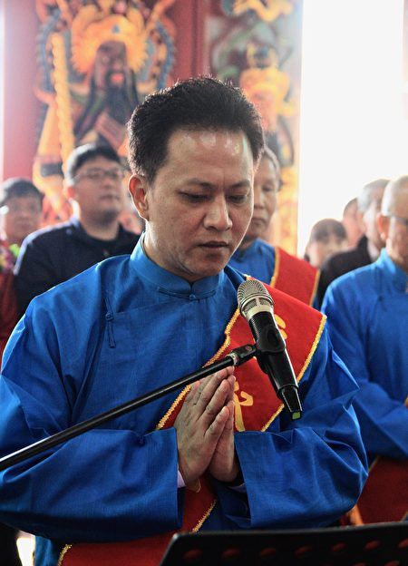 苗栗市長邱鎮軍祈求火旁龍辭歲迎新,民眾安居樂業。