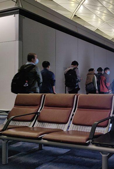 非常时期 回美华裔机场排队体检
