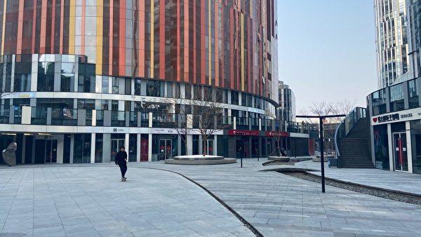 北京朝陽區三里屯太古裏,曾經是繁華的商業街區,熙熙攘攘,現在就幾個人。(大紀元)