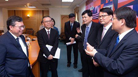 桃园市长郑文灿与各校长、教授相谈甚欢。